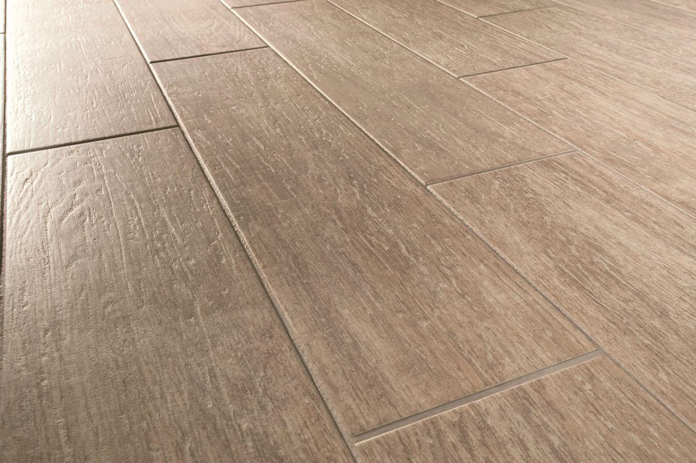 Posa di pavimenti e pareti in piastrelle finto legno arte pavimenti