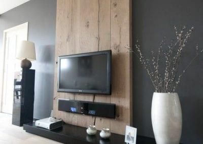 wandpaneel-aus-holz-graue-wände-und-fernseher